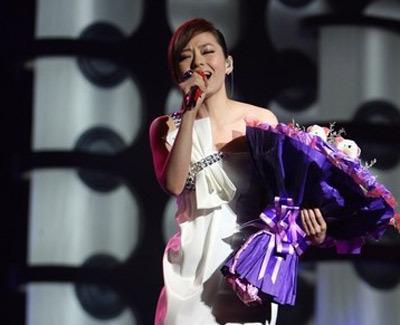 夺得内地最佳女歌手大奖的张靓颖