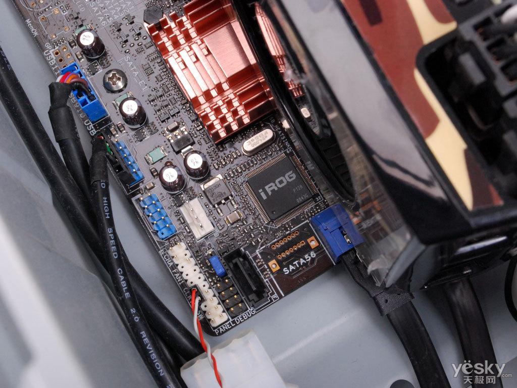 和很多高端游戏机型的内部结构相比,CG5290显得太过朴实,甚至有点寒酸的味道。打开机箱侧面板,可以看到CG5290基本是兼容机的标准走线,不过整齐排列的6根儿内存告诉我们这是一台配置很高PC。  华硕CG5290游戏电脑内部构造,六根内存非常醒目  醒目的内存以及华硕Rampage II Gene主板LOGO   CG5290的许多卖点基本都集中在了Rampage II Gene这块儿板子上,例如AI Manager、My Logo3等。这款板子做工非常考究,规格强悍,此外还拥有功能强大的iROG芯