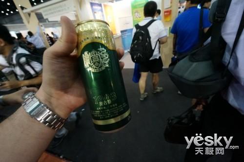 炎炎夏日送上清爽啤酒 青岛啤酒展台气氛浓