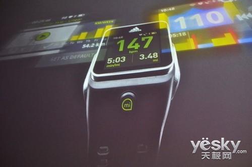 智能手表.   阿迪达斯的这款运动智能手表可以跟踪用户的活高清图片