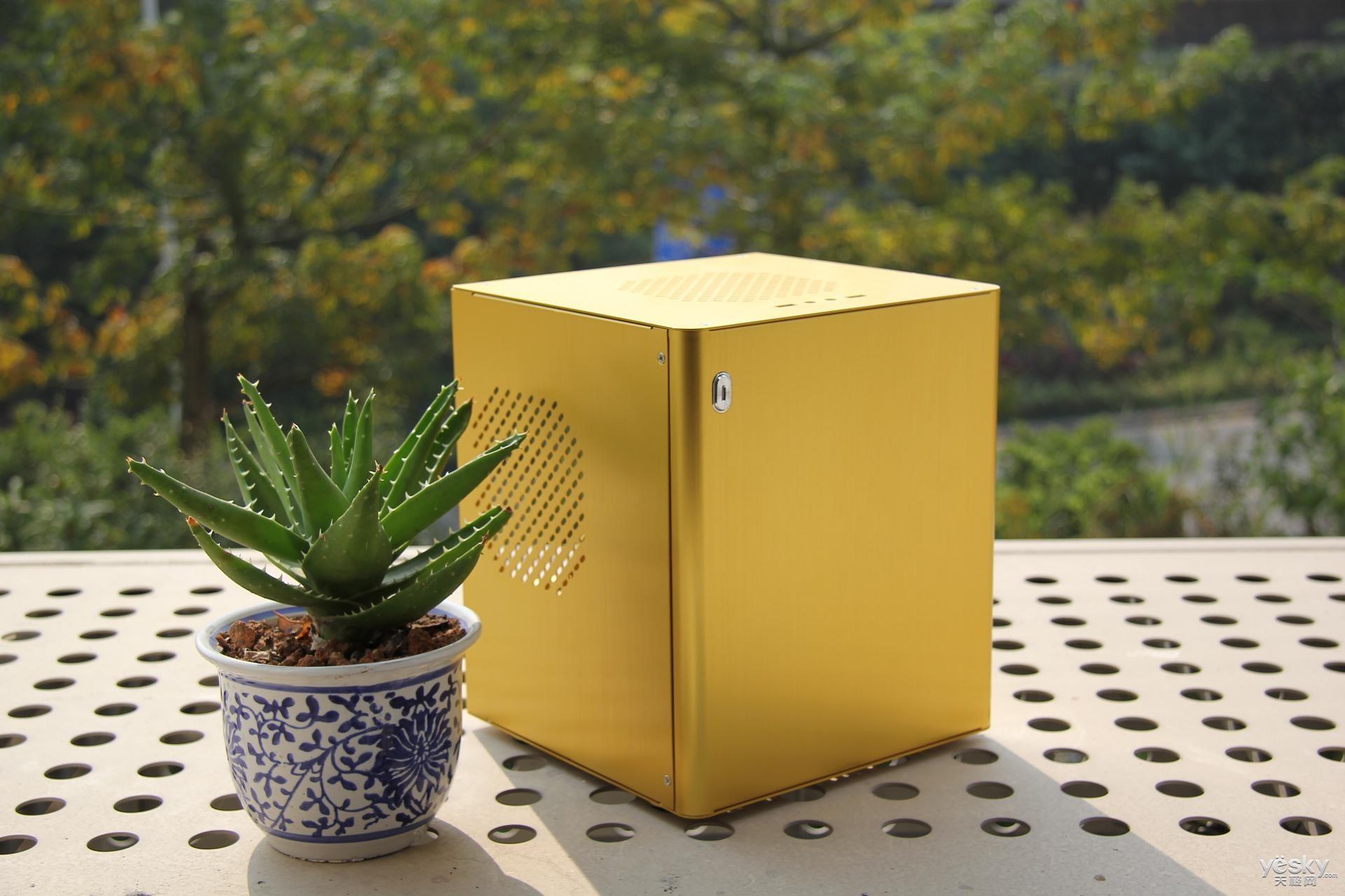 12月7日,小编拿到了立人电脑的一台土豪金机箱手工样机,全铝机箱新品E-D3,刚好家里有一套闲置的配件,于是就在家里开装了!    土豪金迷你机箱:立人全铝新品E-D3   由于是手工样机,无专属包装,直接亮机!机箱三维尺寸为:222mm(宽)*251.5mm(高)*213mm(深),摆放于桌面十分小巧,估计只能兼容安装17cm*17cm规格的ITX小板,实测主板规格可以扩大到19cm*22cm,只是会显得比较拥挤。   机箱六面可独立拆卸,能兼容ATX电源、全高显卡,顶置12cm风扇位给散热提