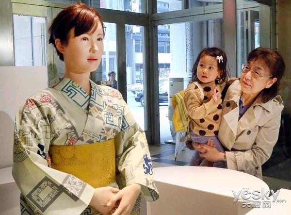 日本美女机器人在前台投入使用