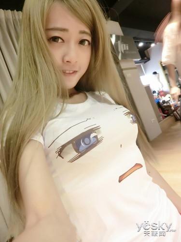 混血游戏SG晒私照 波涛汹涌T恤都撑变形
