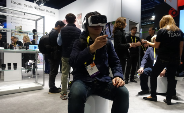 蔡司VR ONE Plus虚拟现实头显亮相CES