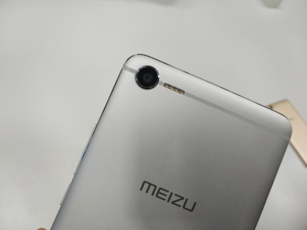 闪光灯设计在天线上的手机 魅蓝E2现场简评