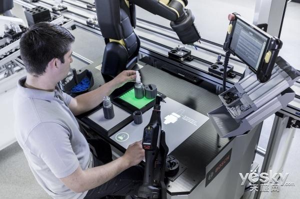 为员工而生 博世4.0工作台让你和机器人公事