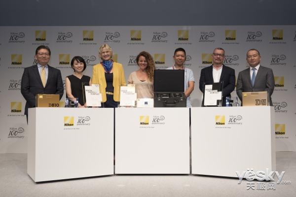 中国摄影师田园园在日本东京出席尼康摄影大赛颁奖典礼