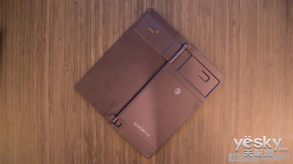 中兴发布首款双面屏手机Axon M