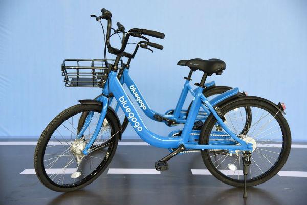 老人把共享单车当运动器材锻炼如果有发电功能就好了