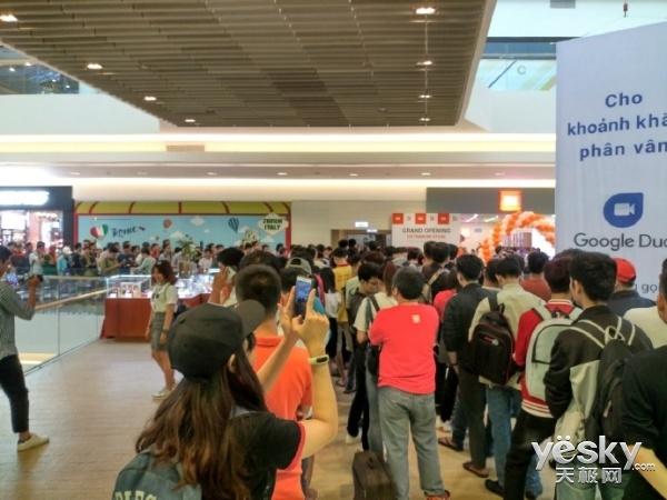 越南第一家小米官方授权店正式在胡志明市开业 场面火爆
