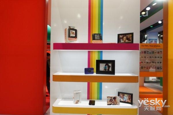宝丽来CES展台神似糖果铺:色彩洋溢/产品缤纷
