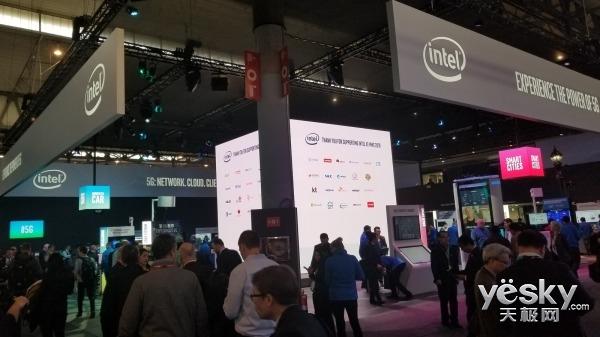 MWC2018:英特尔展台萌叔体验HTC VIVE Pro玩嗨了