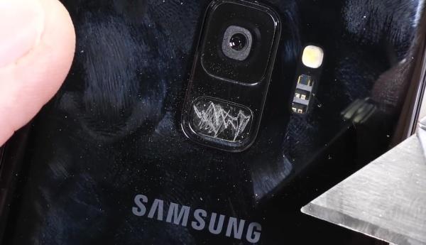 三星S9遭暴力测试:想掰弯?没那么容易