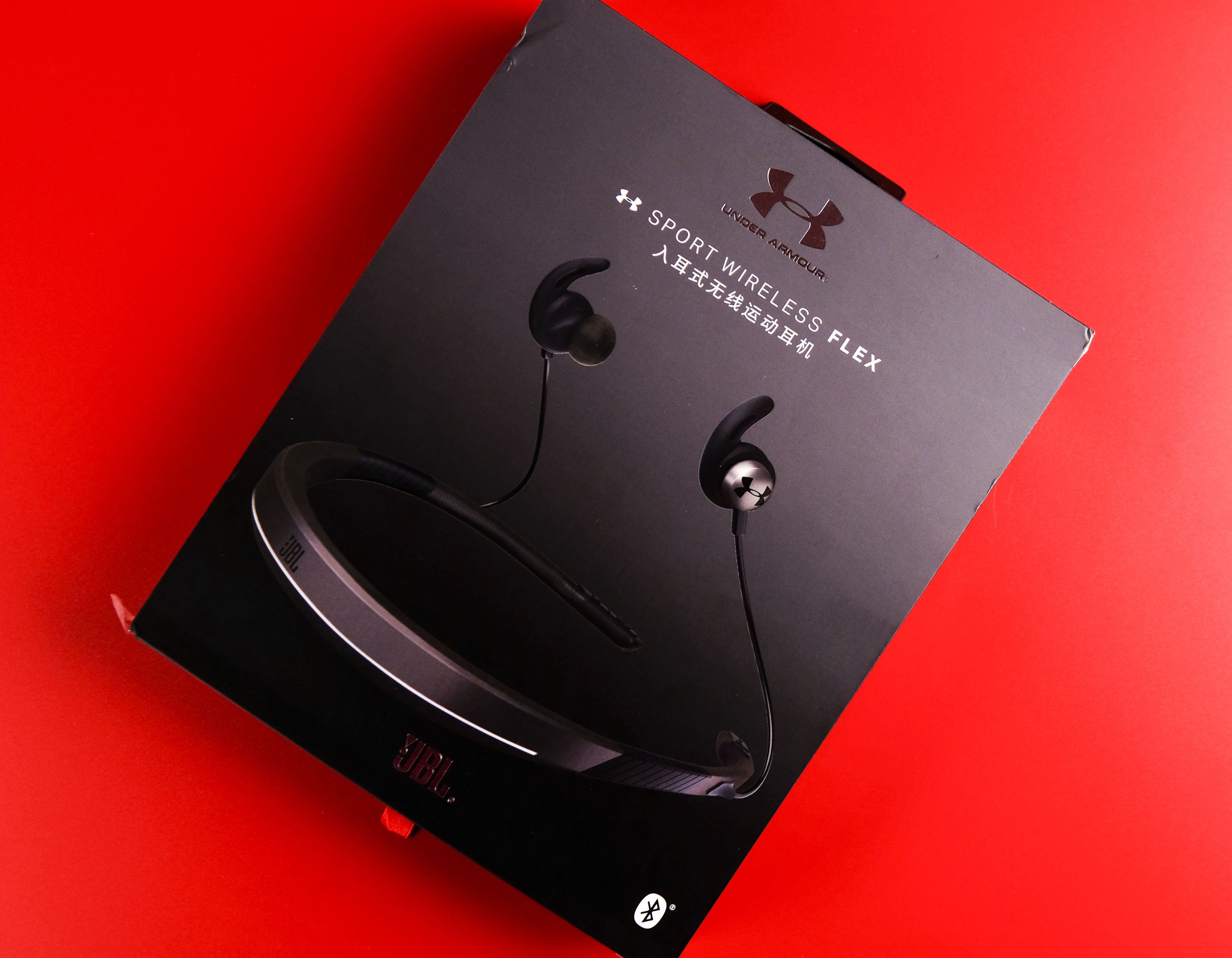 cfffa1a57cd 和上次红色包装不同,JBL X UA FLEX蓝牙无线运动耳机的包装改用黑色,Under Armour 品牌LOGO放在了显眼位置,打开方式从书页式改为抽拉式。