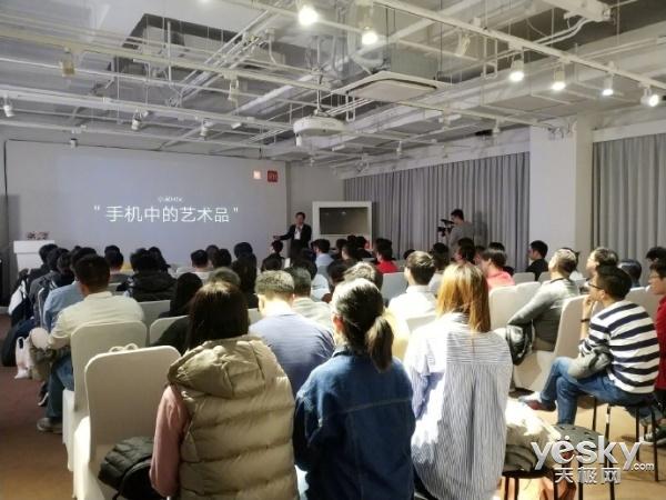 高管晒小米MIX 2S发布会彩排照:手机中的艺术品