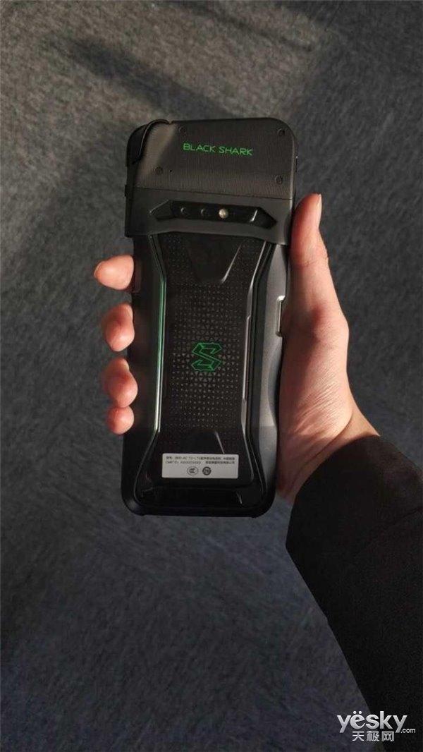 生为竞技!黑鲨手机真容曝光 可拆卸游戏手柄很霸气