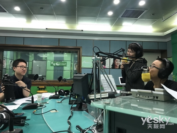 海美迪视听机器人作客深圳FM1062《E路大玩家》栏目