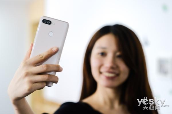 自拍神器新革命,海信V+手机带来趣味自拍