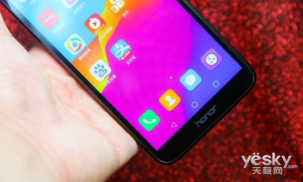 价格便宜功能齐全 小巧全面屏手机荣耀畅玩7评测