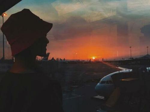 倪妮背对镜头看夕阳露微笑 侧颜十分迷人