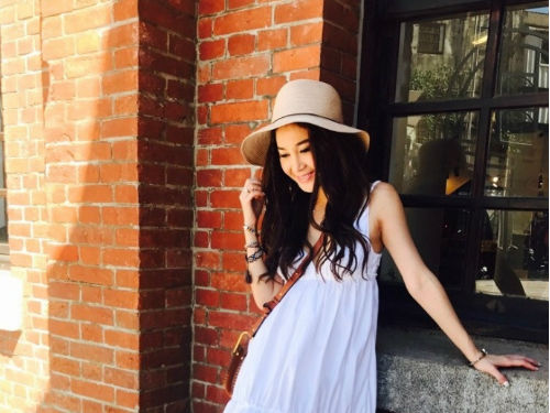 温碧霞台北街头开心拍照 夏日装扮少女感十足