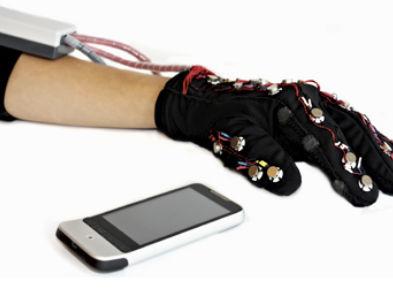 解决聋哑人士沟通问题 全新智能手套问世