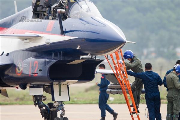 罕见:中国空军女飞行员亮相珠海航展