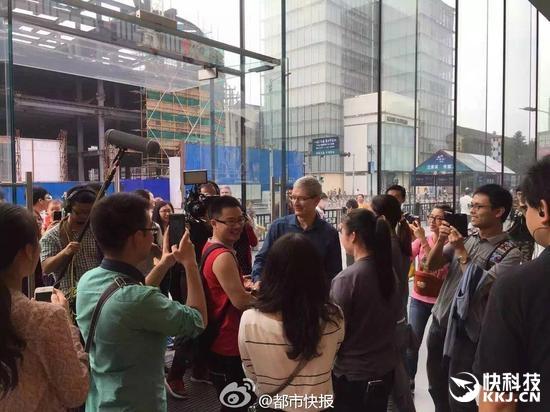 库克到访杭州苹果西湖店